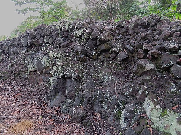 rock-wall-built-on-large-pahoehoe
