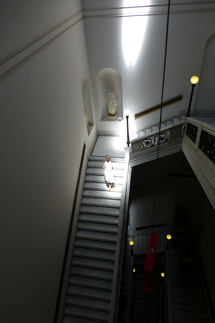 elisabeth-coming-up-national-museum-stairs