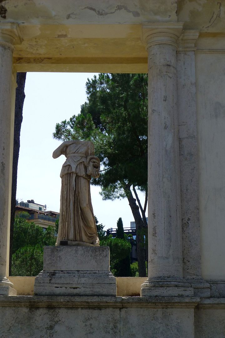 lawn-statue-on-the-way-into-the-borghese